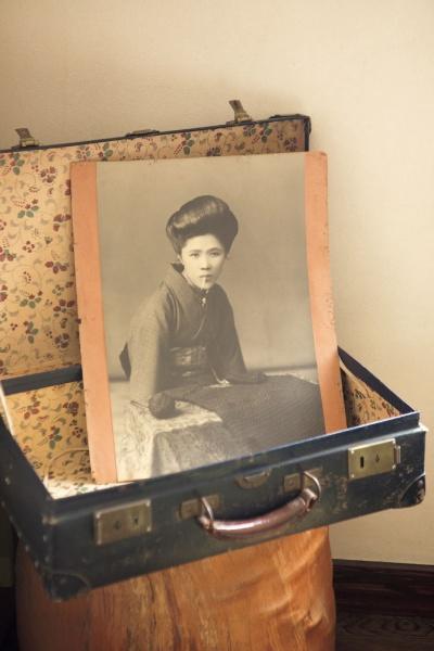 20代後半の頃、見世物小屋の宣伝用に撮影したと思われる写真。口には編み棒をくわえています