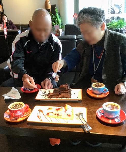 甘辛両刀のご夫妻も、オーストラリアらしい大きくて甘~い、大きいチョコレートケーキにはびっくり!