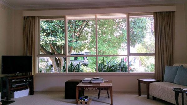リビングの大きな窓から広い庭を眺める