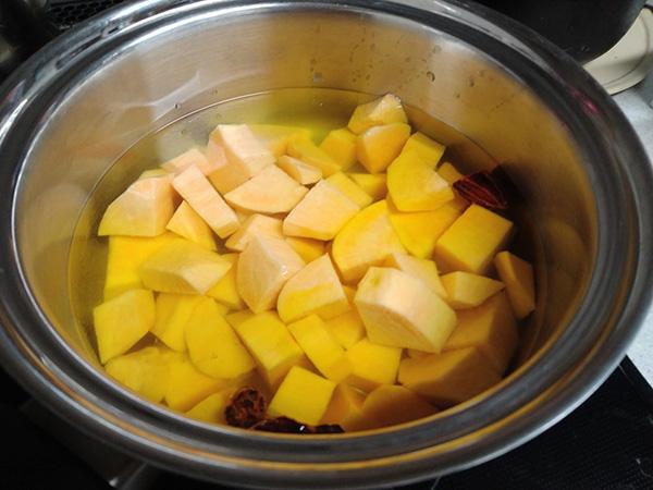 水に浸けてサツマイモのアクを抜く