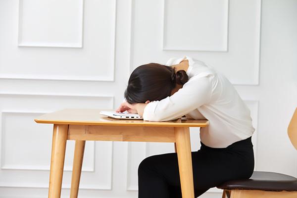 効果的な昼寝のコツ2:頭を支える姿勢で寝る