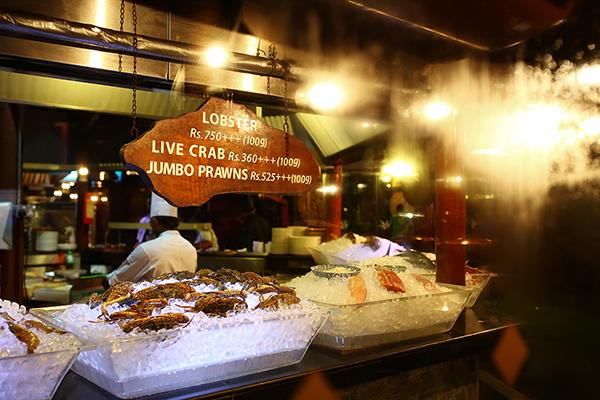 海鮮が並ぶショーケース、シェフも料理法をいろいろ提案してくれる