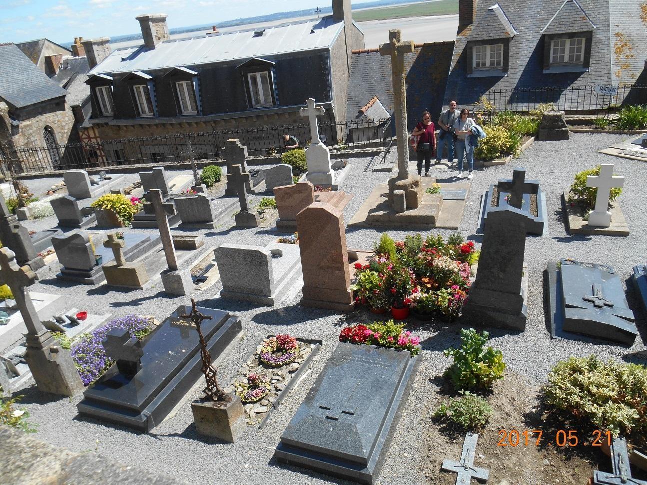 修道院の中庭にある村のお墓