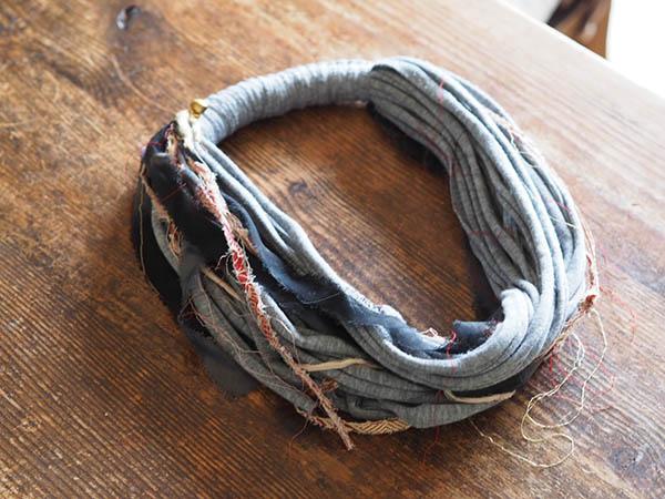 ボリュームのある紐のネックレス