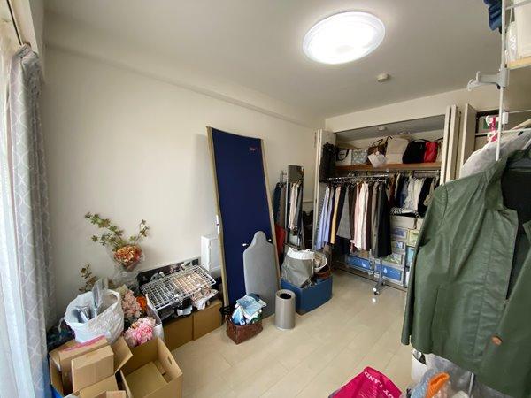 Fさんの部屋のビフォー写真:収納場所がなく床に置かれた趣味グッズ