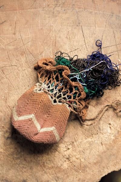 久子さんが編んだ小さな巾着に入っていた、たくさんのあまり糸。「とにかくものを大切にする人で、はぎれやボタン類もすべて大切にとってありました」と鎌宮さん