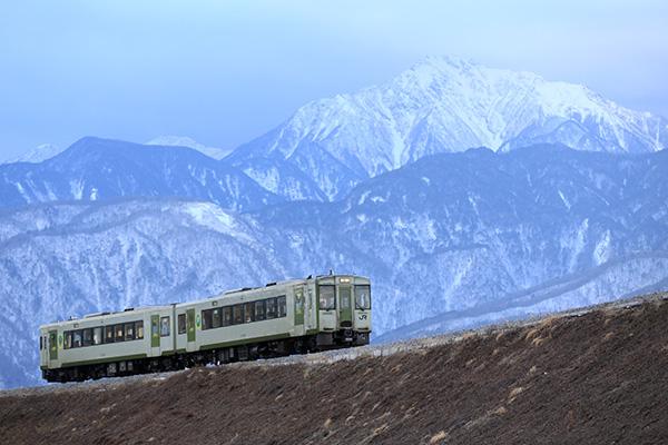冬の小海線をゆく普通列車