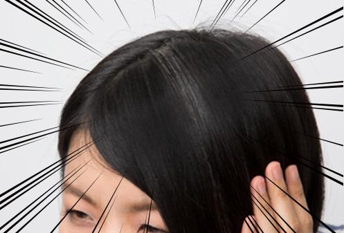 このコラムのため、1か月以上染めるのをやめたときの髪。表面に出てくる白髪は、なぜかこんな風に集中して生えてきます。