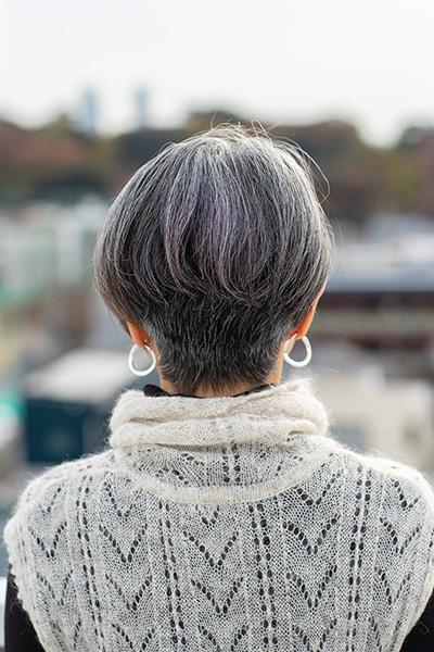 60代に合うグレイヘアのショートヘアバックスタイル