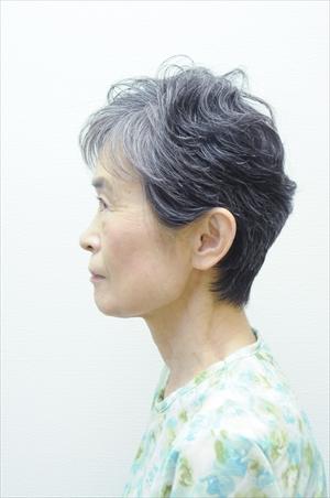 森紀子さん68歳 グレイへア挑戦前の写真 横から