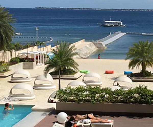 ホテルのプライベートビーチで肌を焼いている人も