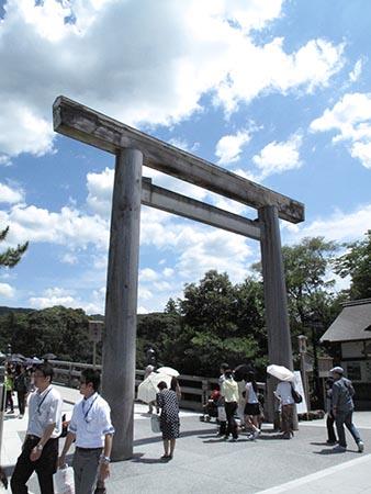 伊勢神宮の宇治橋の鳥居は20年に1度、建て替えられる