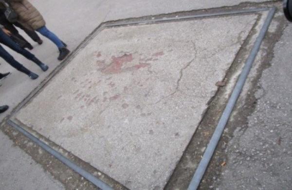 教会前の広場には地面に爆撃痕がプレートとして記憶にとどめておこうと残されている