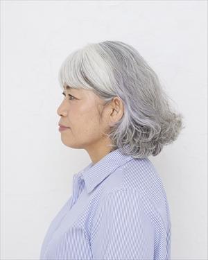 地原由利子さん66歳 グレイヘア挑戦前の写真 横から