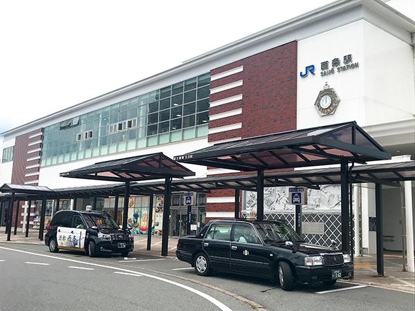 蔵のような外観の西条駅