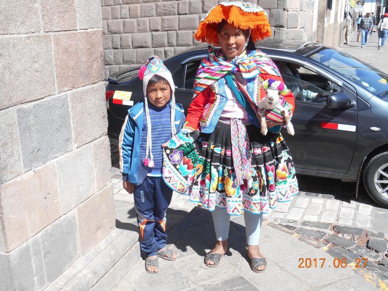 クスコ市内で観光客に1ドルで写真を撮らせる親子