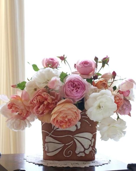 自作の陶器にバラを飾って……