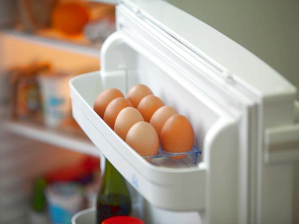 卵はパックに入れたまま冷蔵庫の奥の方にしまう方がよい
