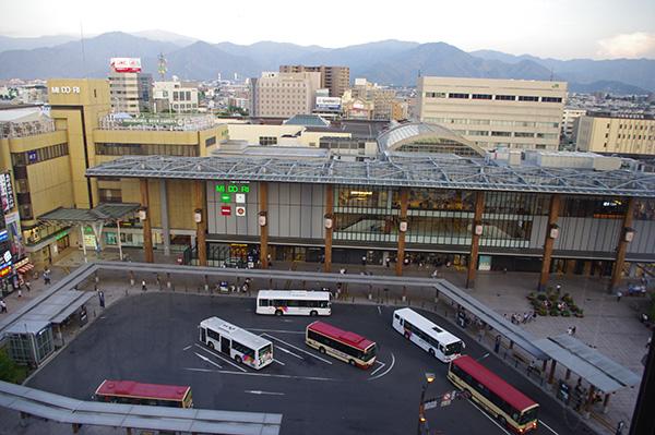 ホテルの上から見た長野駅。山に囲まれ、バスターミナルも一望。