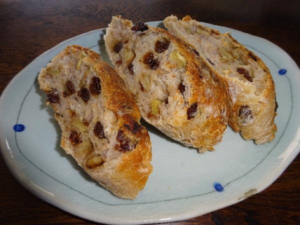 クルミとレーズンのパン。切って保存します