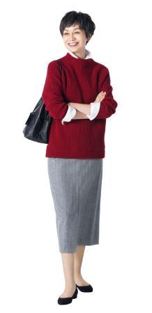 50代ファッションのお手本:白&えんじ色で顔映りアップ