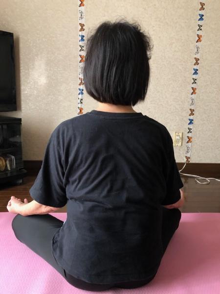 座って姿勢を見ます。右肩が下がっています