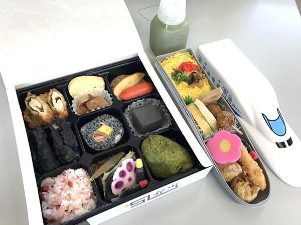 京都鉄道博物館のポリ容器のお茶は、冬はホット、夏は冷たい緑茶で販売