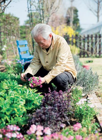 順一さんは毎朝、900坪にもおよぶ庭全体を歩いて手入れをしているそう。