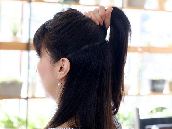 【行程1】耳上ラインで髪をわけ、手ぐしで整える