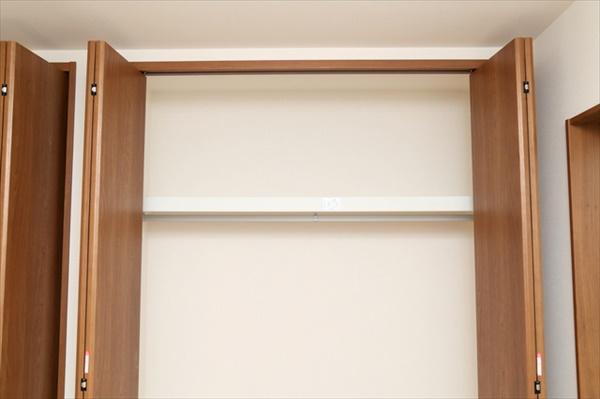 枕棚には使用頻度の低いものを布製ボックスに