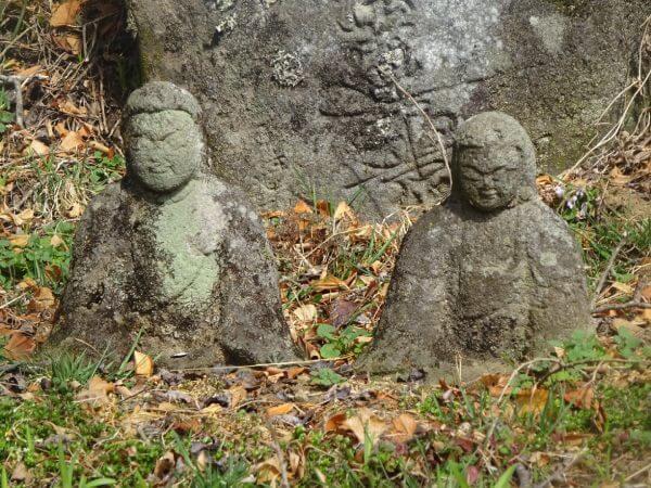法華堂跡の夫婦像
