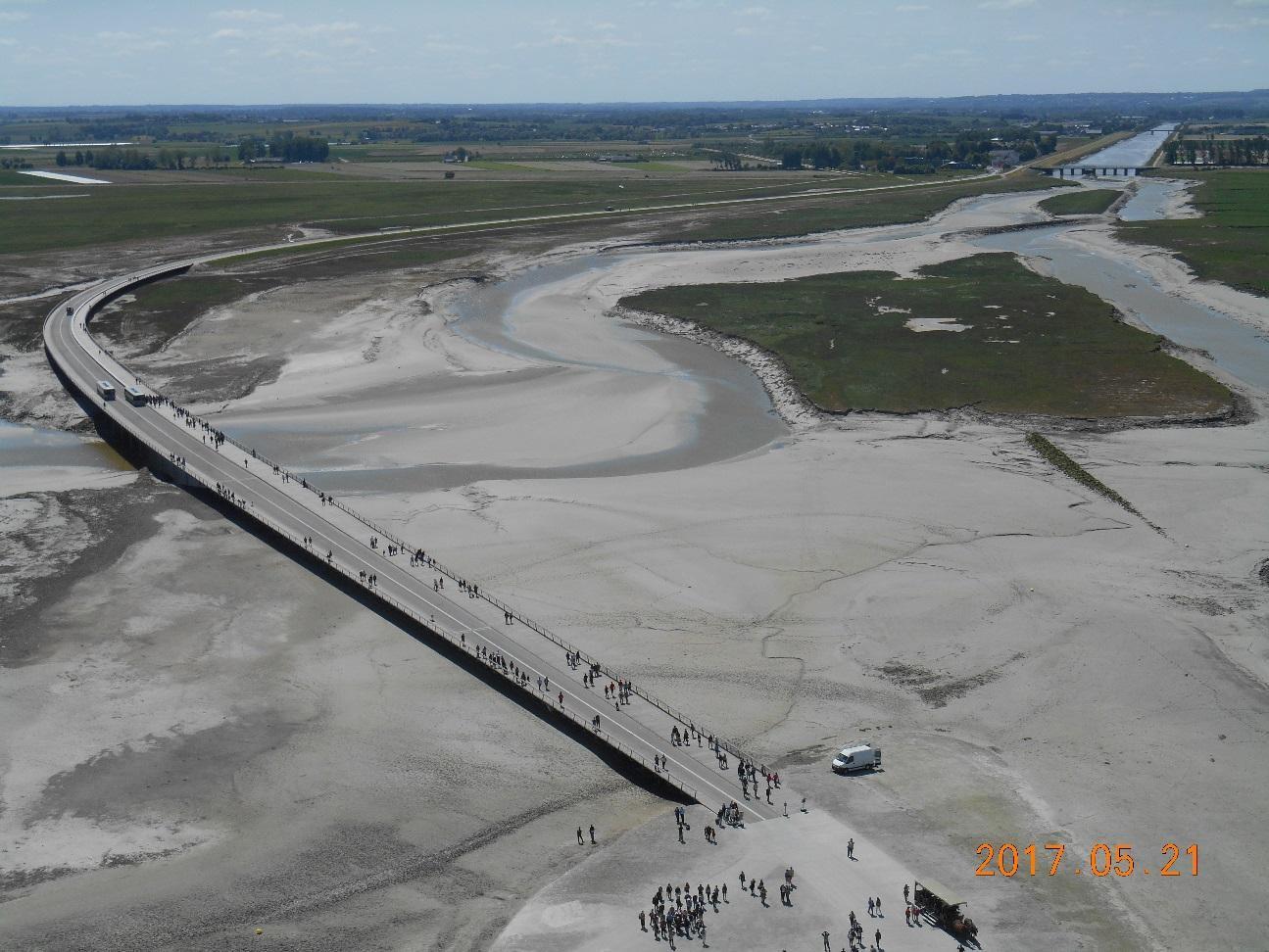修道院の屋上から干潮時の連絡橋と周辺を見る