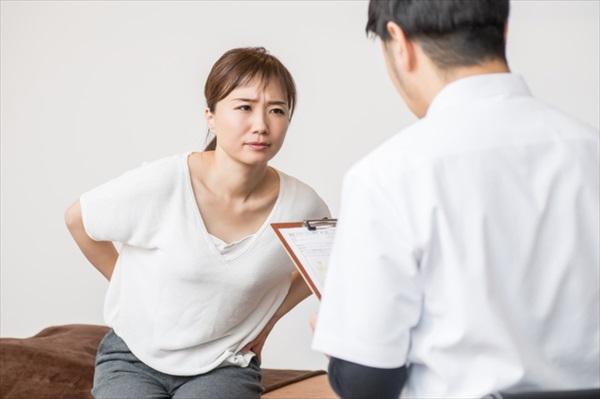 背中が痛いときは何科に行けばいい?