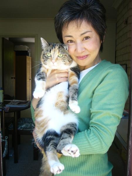 """""""三毛猫""""時代の池田さん。飼い猫の三毛猫ちゃんを抱っこして"""