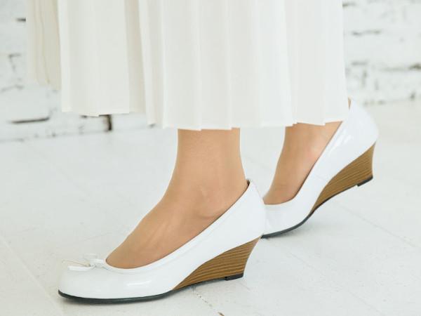 靴も白にすることですっきり、軽やか