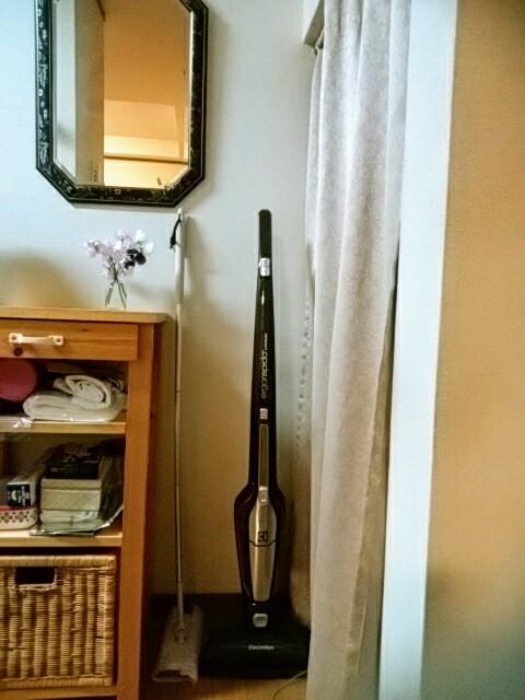 キッチンにはフロアワイパーとスティック掃除機