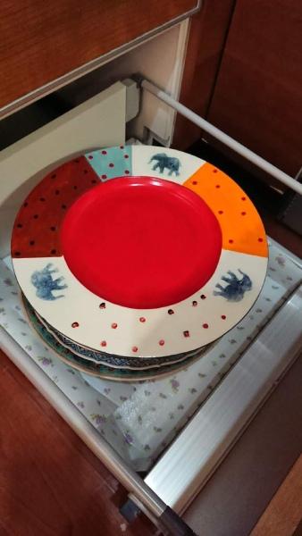 これまで高い位置にあった大皿は、下の引き出しに移動