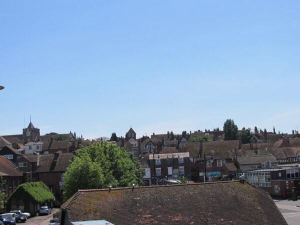 駅の高架橋の上から見た街の様子