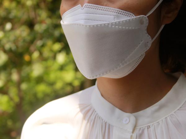 白の不織布マスクにこだわりたい人は、立体構造のものなら、息がしやすく小顔に見えておすすめだそう
