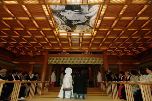 神殿での和装の結婚式