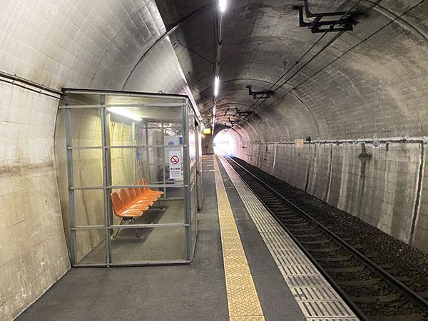 湯西川温泉駅ホームは地下にある