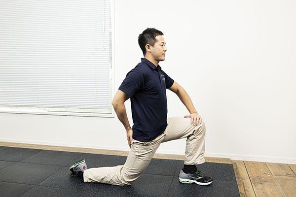腰をぐーっと前に。体が前に倒れないように注意。