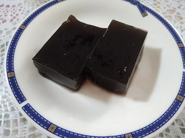 黒豆の煮汁で作った水羊羹