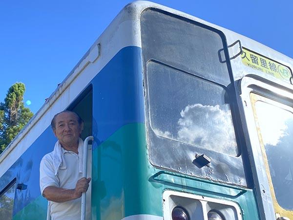 久留里線の車両から顔を出す村石社長