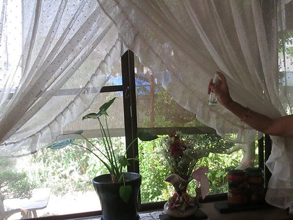 窓際のカーテンにアロマスプレーをひと吹き