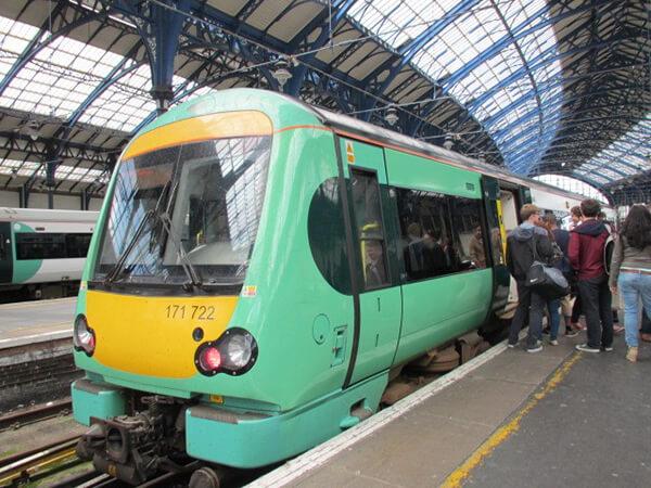 ロンドンからライへ向かう電車
