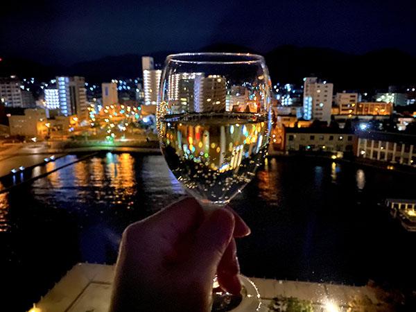 ホテルの部屋から門司港レトロの夜景に乾杯