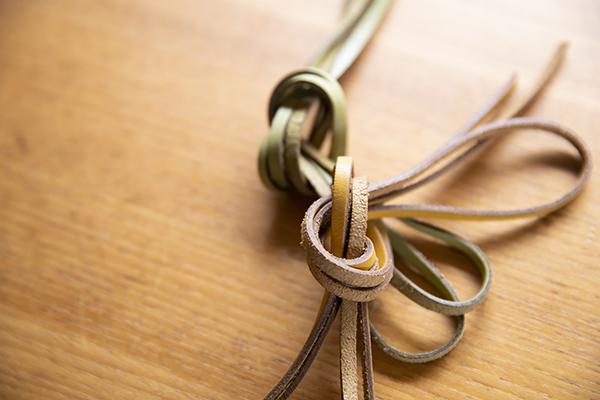 革ひもを帯締めに。「2本を組み合わせて使っても」と江波戸さん。