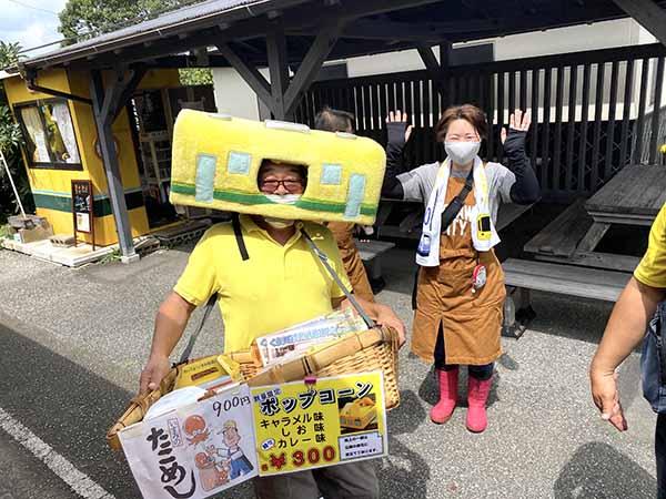 国吉駅で立売する、いすみ鉄道応援団の方々