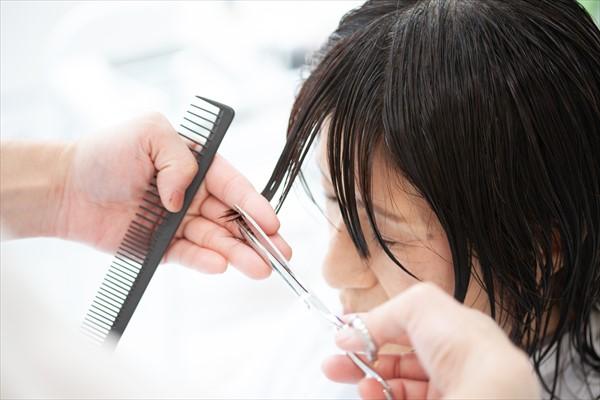 イメチェンのポイント1:厚めの前髪で面長をカバー